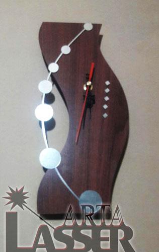 ساعت دیواری چوبی طرح منحنی